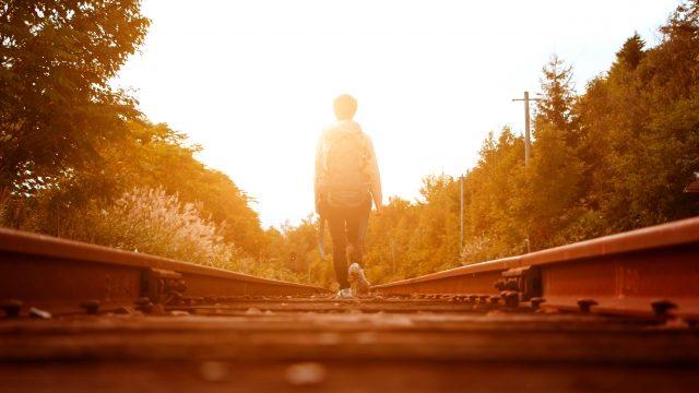 夕焼けを歩く人