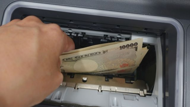 ATMからお金を引き出す
