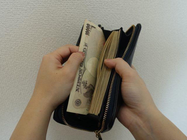 競馬場で100万円の札束を見せられる